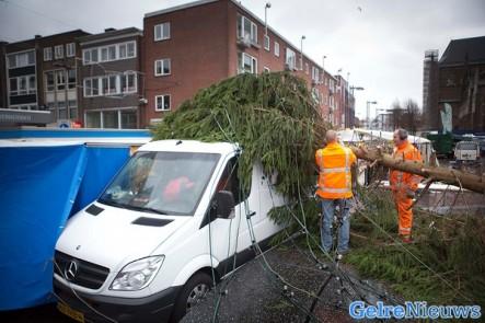 Grote Kerstboom Valt Op Marktkraam Arnhem