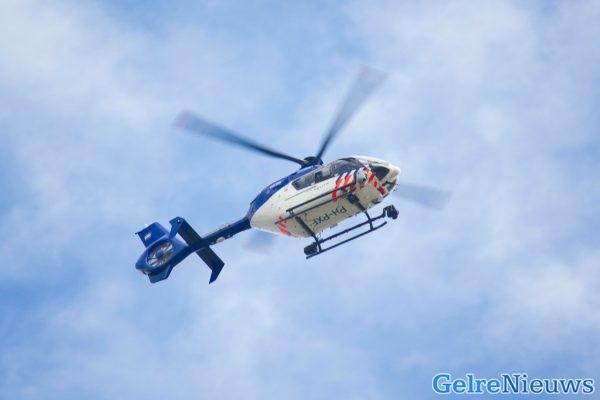 Politiehelikopter in de nacht boven Nijmegen: agenten kammen wijk uit