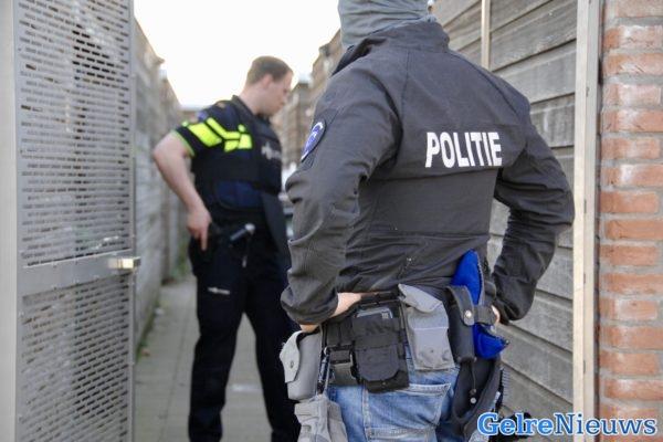Agenten trekken vuurwapen voor man met wapens in centrum van Zutphen - GelreNieuws