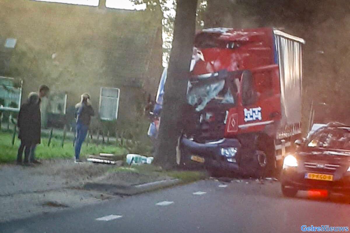 Vrachtwagen ramt boom in Babberich - GelreNieuws