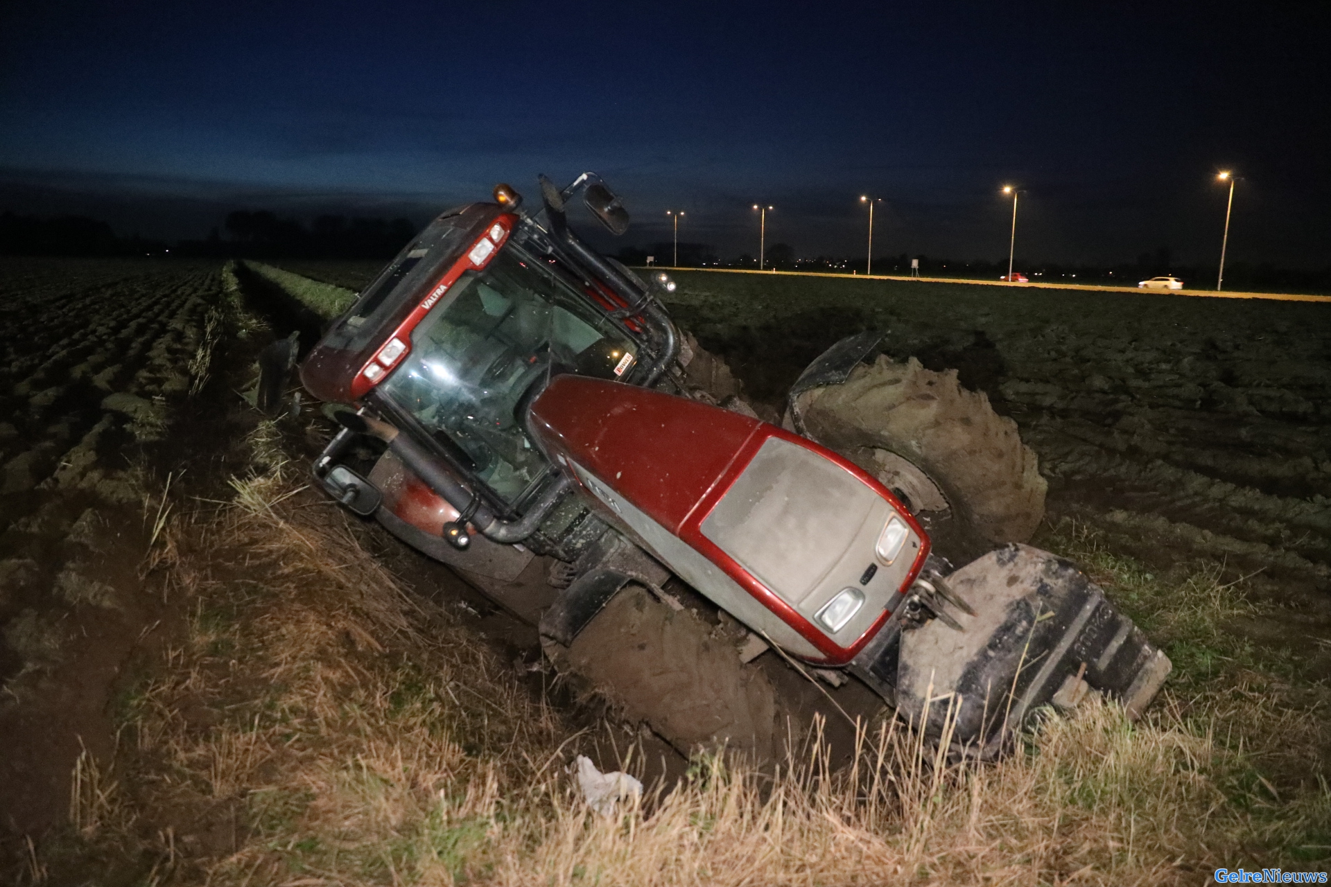 Hulpdiensten rukken groots uit voor tractor in de sloot in Elst