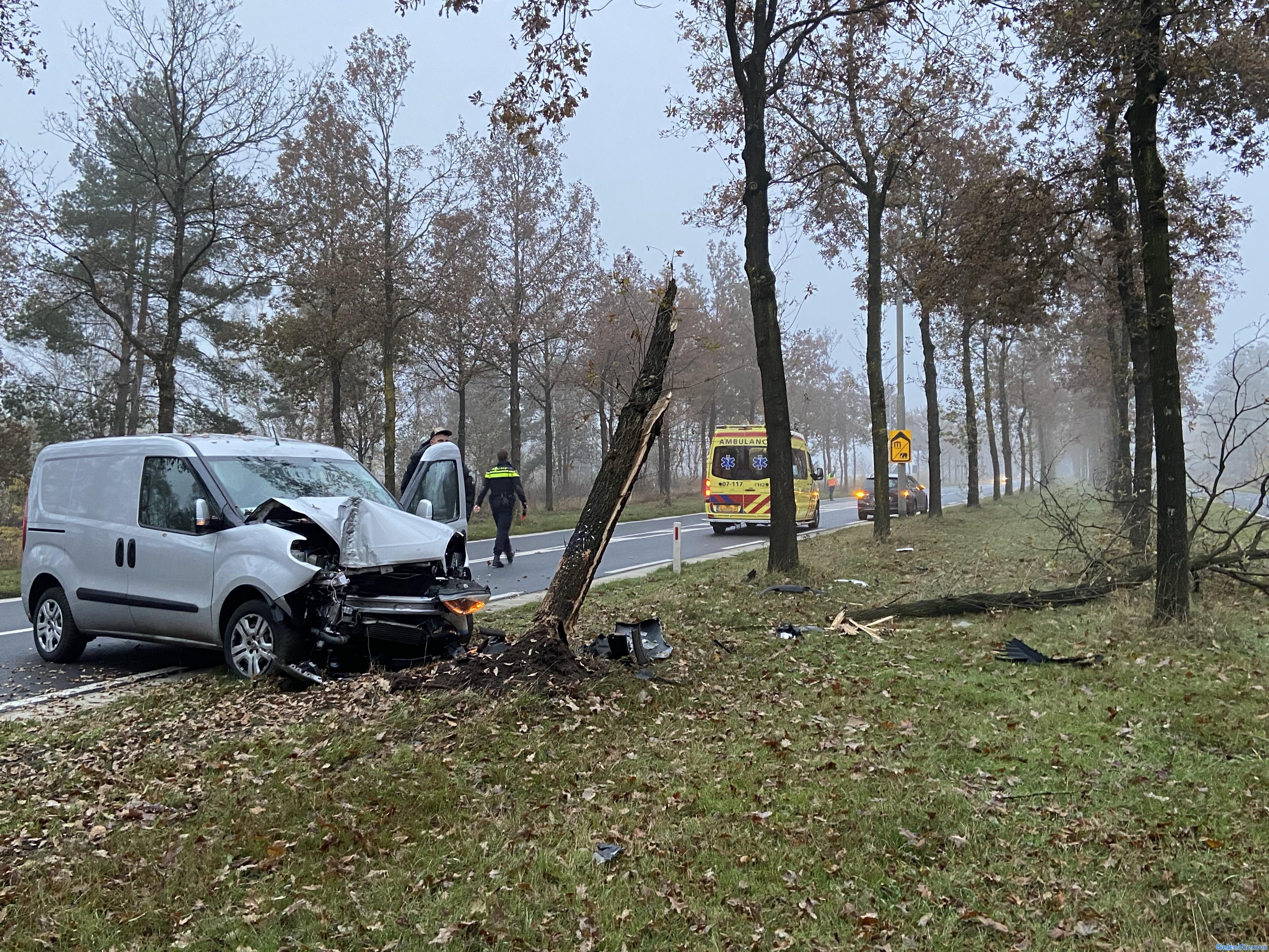 Busje raakt van de weg en ramt boom in Arnhem