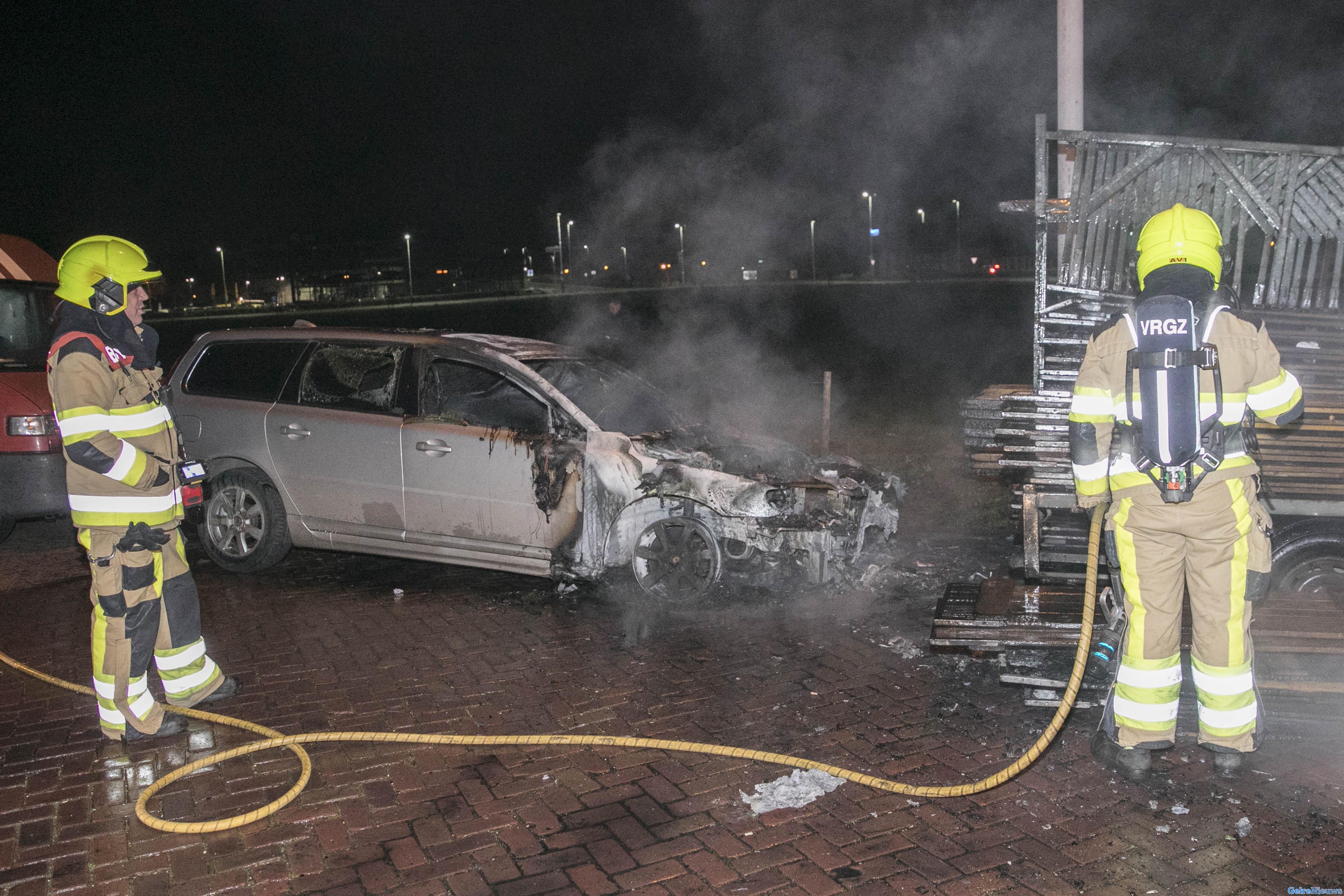Voorkant van auto verwoest na brand in Nijmegen