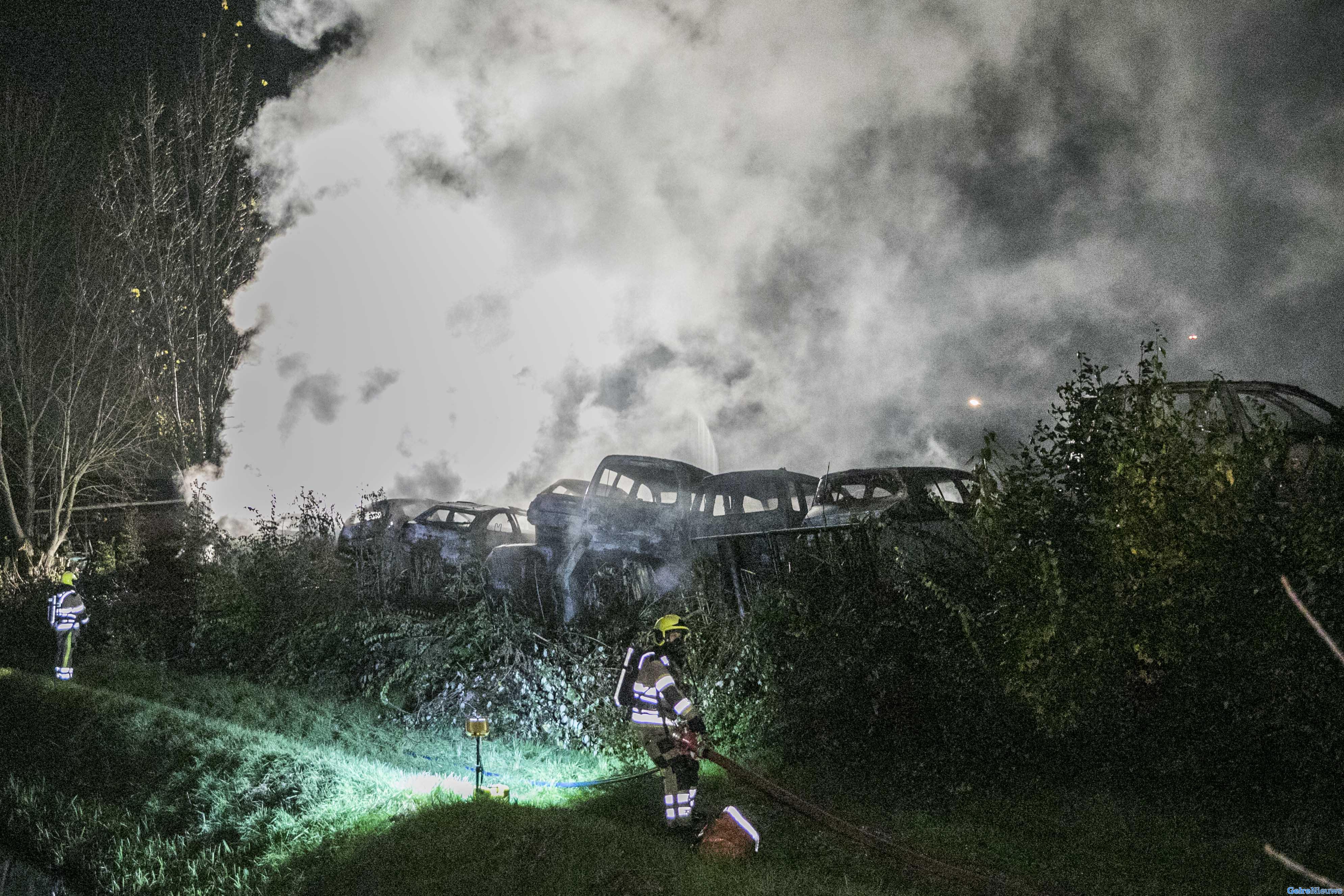 Tientallen auto's branden af op autosloperij Nijmegen