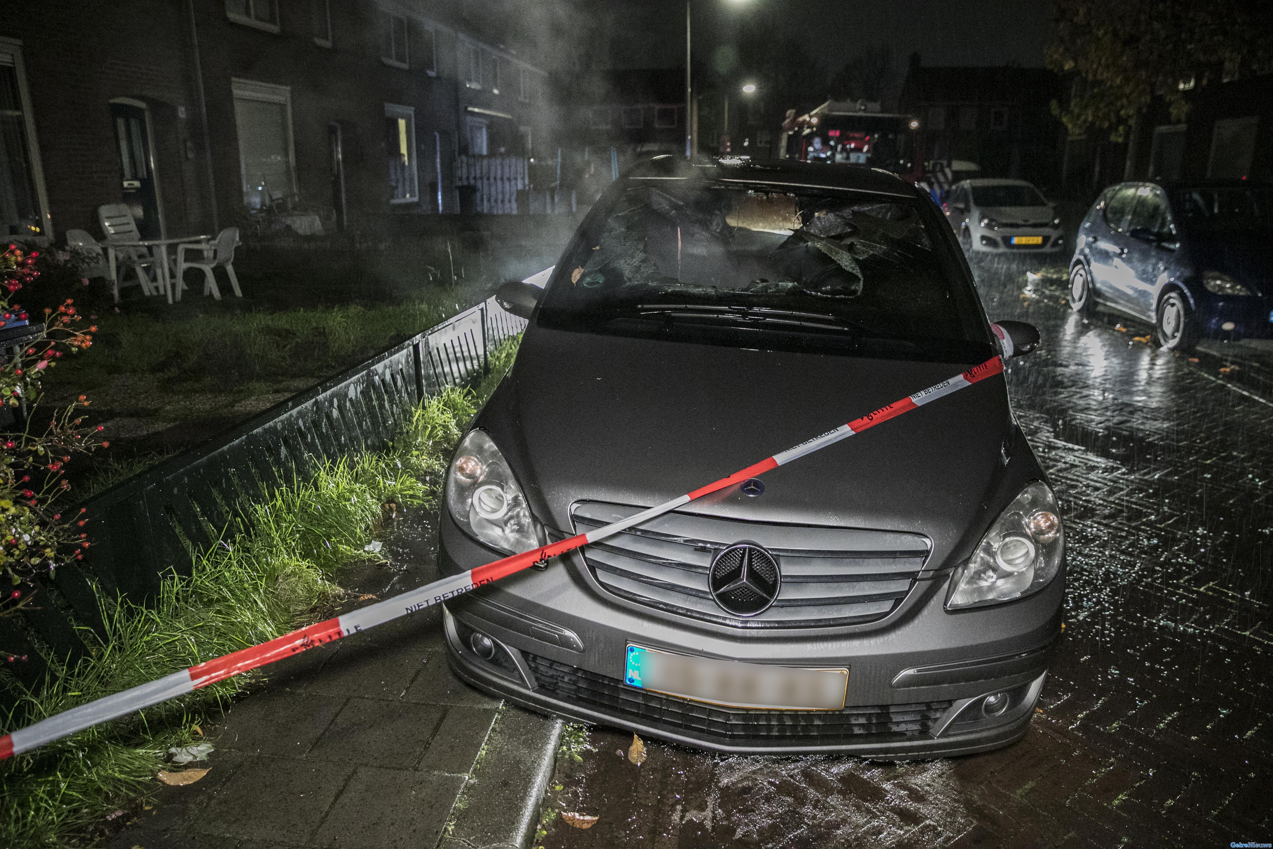 Autobrand in stomende regen in Arnhem