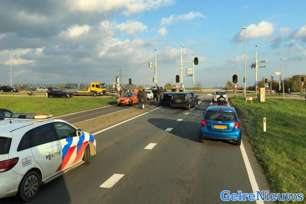 Vier auto's botsen op elkaar bij stoplicht van A15 bij Bemmel