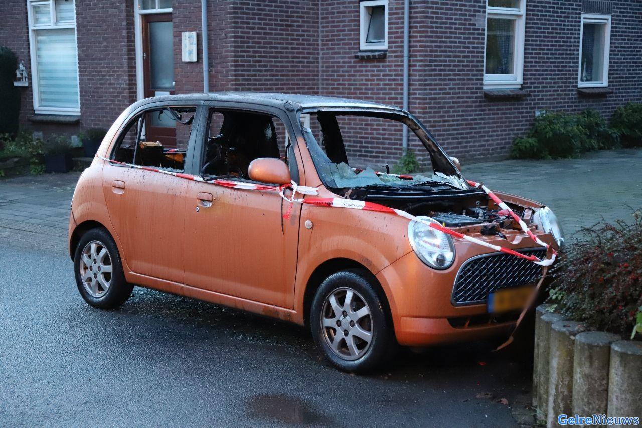 Brand verwoest auto in Apeldoorn; brandstichting niet uitgesloten