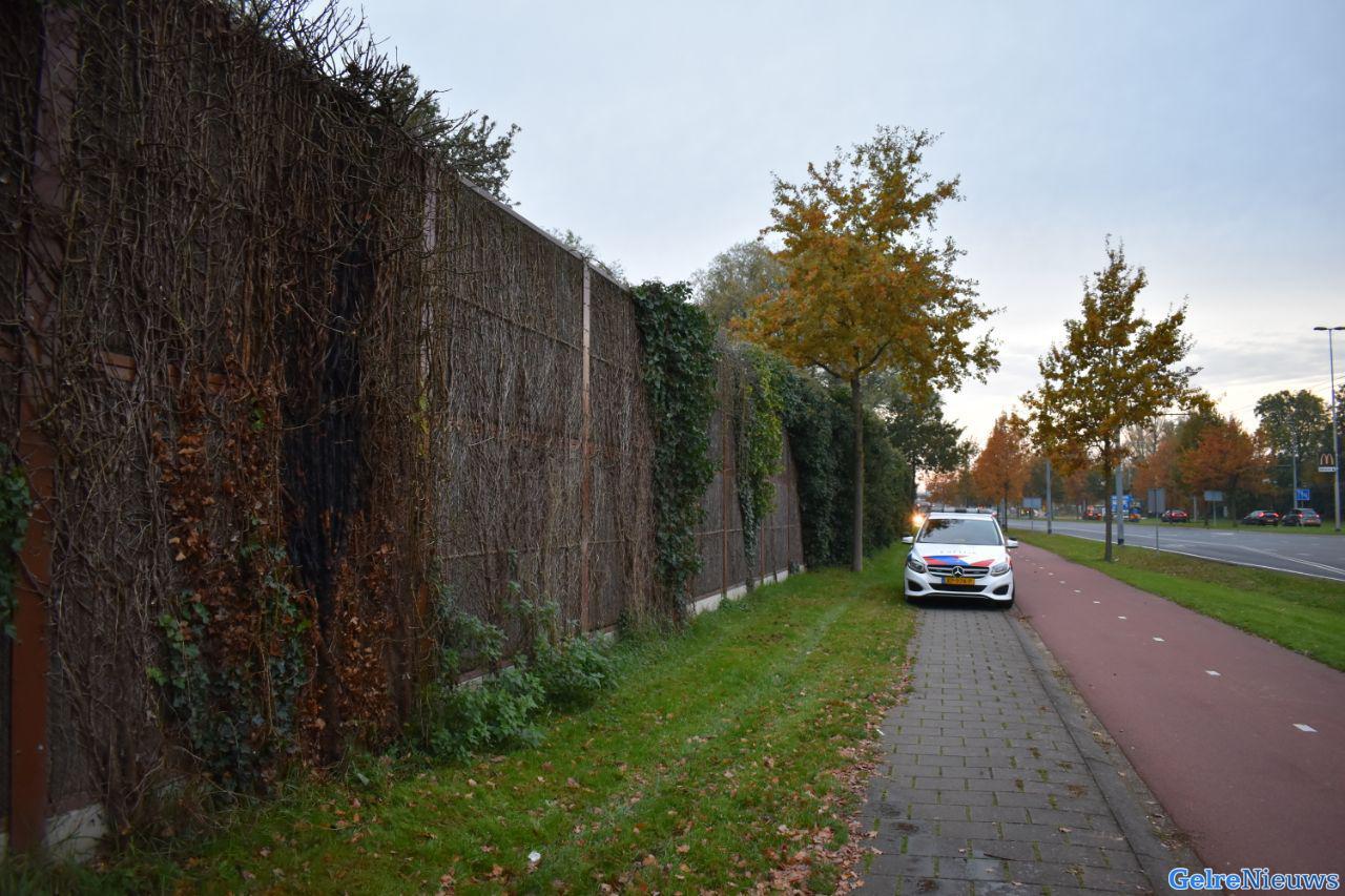 Minderjarige steken geluidswal in brand in Arnhem